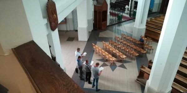 Mężczyźni zakłócajacy koncert Festiwalu Zachor, kościół św. Rocha, Białystok