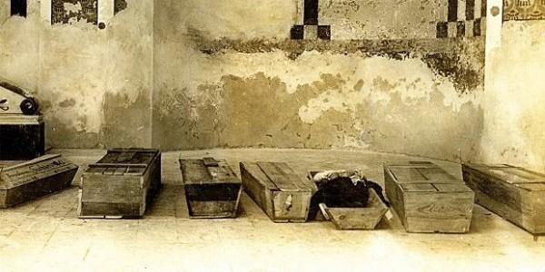 Trumny we lwowskiejsynagodze zniszczonej podczas pogromu w listopadzie 1918 r. (Fot. East News)