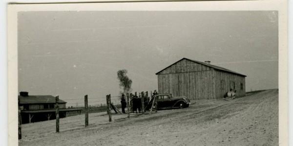 Niemiecka fotografia przedstawiająca obóz pracy w Buchniku lub Piekiełku. Zdjęcie wykonano prawdopodobnie w 1941 roku, kiedy Niemcy przeprowadzali wizytację obozów pracy. Źródło: Archiwum Pań