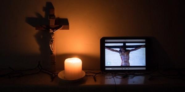 """Oglądanie papieskiego błogosławieństwa """"Urbi et orbi"""" 27 marca 2020 r. Fot. Mazur/cbcew.org.uk"""