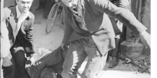 """""""Cywile maltretują Żyda obok niemieckiego wartownika"""". Niemiecka fotografia z lata 1941 r. Bundesarchiv, Bild 101I-186-0160-13 / Franke / CC-BY-SA 3.0"""