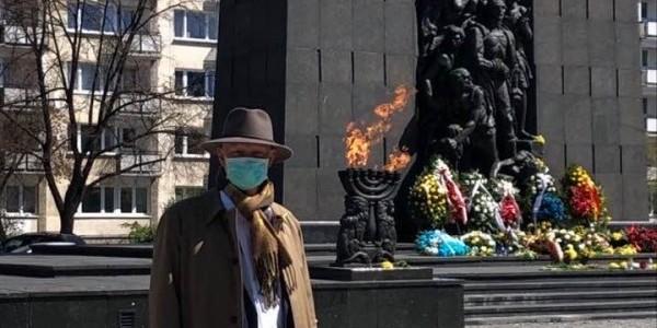 Na zdjęciu ks. Michał Jabłoński, proboszcz Parafii Ewangelicko-Reformowanej w Warszawie, złożył kwiaty przed Pomnikiem Bohaterów Getta 19 kwietnia 2020 r. w rocznicę wybuchu powstania w getci
