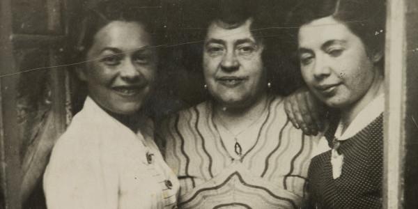 Fotografia Pauliny Włodawer (pierwsza od lewej), Miriam Justman (pośrodku), Reginy Justman (po prawej), lata 30. XX w., fot. Muzeum Historii Żydów Polskich