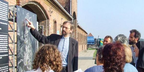 Manfred Deselaers führt eine rumänische Pilgergruppe.