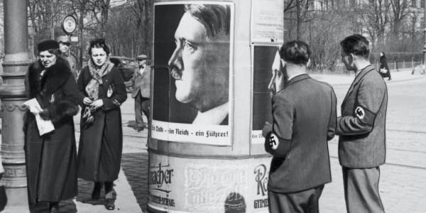 """Propaganda narodowosocjalistyczna w Austrii po Anschlussie. Plakaty z podobizną Hitlera i z hasłem: """"Ein Volk, ein Reich, ein Führer"""" (jeden naród, jedna Rzesza, jeden wódz). Wiedeń, marzec 1"""