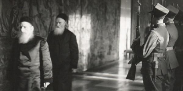 Rabini idący na spotkanie z prezydentem Ignacym Mościckim na Zamku Królewskim. Warszawa, 1936. Fot. Witold Pikiel