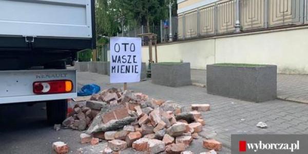 Gruz wysypany przed ambasadą Izraela