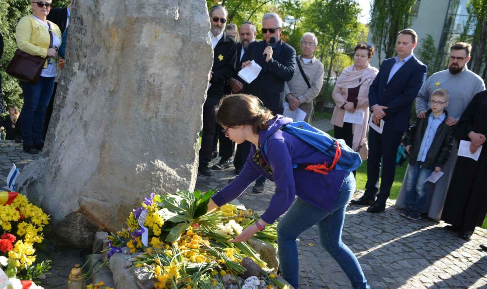 Złożenie kwiatów na Pomniku - Bunkrze przy Miłej 18