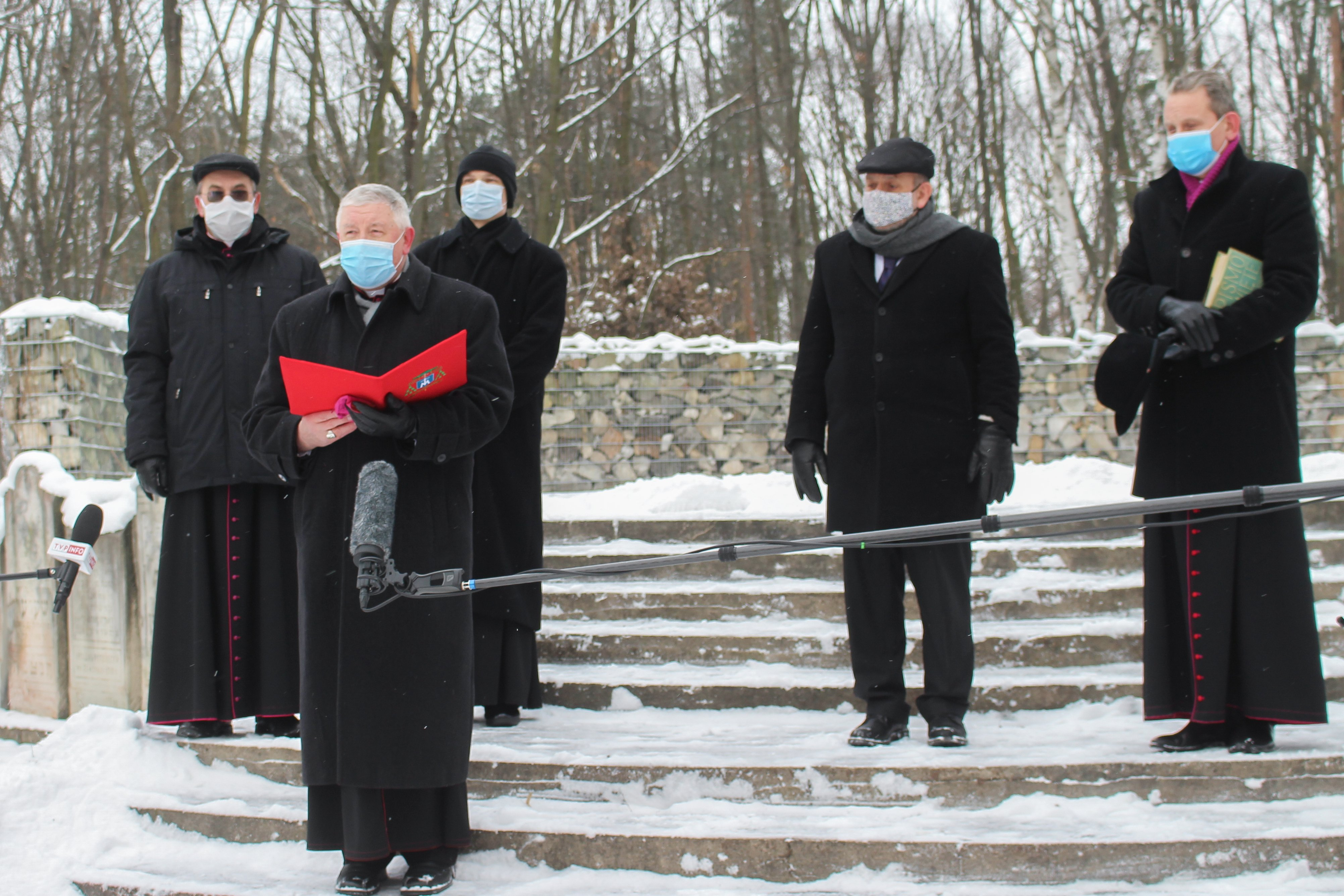 2021-01-17-cmentarz-brudnowski-modlitwa.jpg